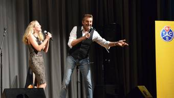 Bo Katzman und seine Tochter Ronja begeistern mit ihrer Musik die TCS-Mitglieder der Untersektion Freiamt in der Mehrzweckhalle Boswil.