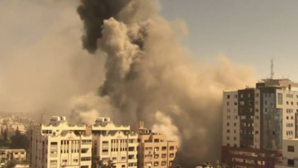 Ein Gebäude, in dem verschiedene internationale Medien untergebracht sind, darunter auch die Associated Press, stürzt nach einem israelischen Luftangriff ein. Berichten zufolge wurden die Bewohner zuvor aufgefordert, das Gebäude zu verlassen. Foto: Uncredited/AP/dpa