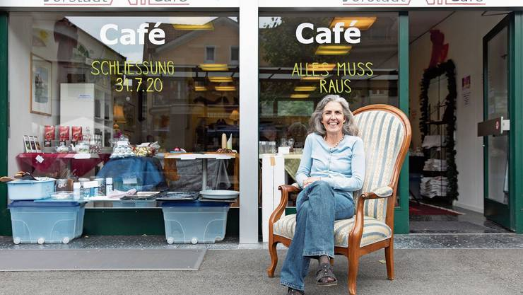 Alexandra Gerber vor ihrem Café in der Vorstadt. Auch der Sessel steht zum Verkauf.