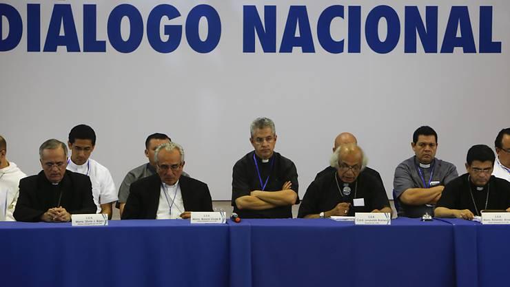 Die Vertreter der katholischen Kirche schauen resigniert nach unten, als Kardinal Leopoldo Brenes (2.v.r.) die Öffentlichkeit darüber berichtet, dass die Verhandlungen vorerst gescheitert sind.