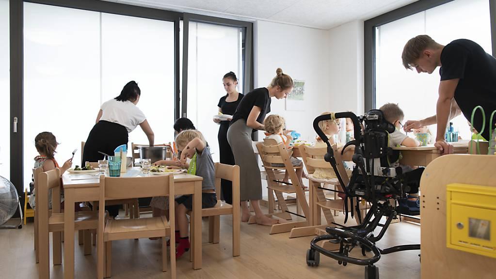 Kinder beim Mittagessen in einer Zürcher Kita: Werden Kinder bereits in den ersten vier Lebensjahren gefördert, profitiert auch die Volkswirtschaft. (Symbolbild)