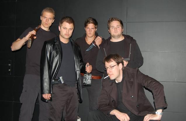 Joel Eschmann (vorne rechts) als Schweizer im Mausefalle-Stück «Die Räuber». (Archiv)