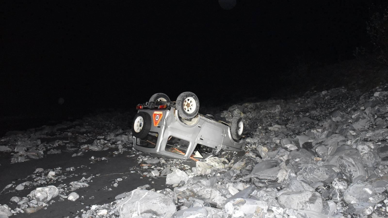 Das Auto blieb im Bachbett liegen.
