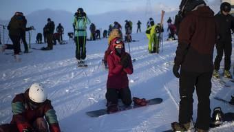Skifahrer und Snowboarder im Skigebiet Flims Laax Falera. (Symbolbild)