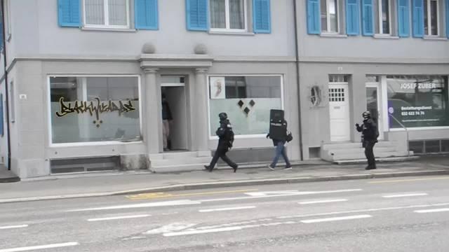 Weitere Polizisten der Sondereinheit Falk kommen zur Unterstützung.