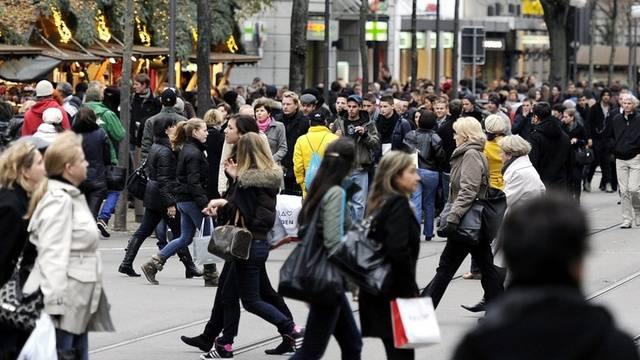 Tausende machen in der Vorweihnachtszeit ihre Einkäufe (Archiv)