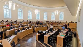 Der Grosse Rat in Aarau hat entschieden, dass Staatsangestellten Dienstaltersgeschenke ab dem kommenden Juli nur noch in Form von bezahltem Urlaub erhalten.
