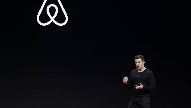 Der Chef der Plattform zur Zimmervermittlung Airbnb, Brian Chesky, hat die Reduktion des Personals um einige hundert Stellen angekündigt. (Archivbild)