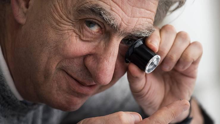 Der Schweizer Uhrenkonzern Swatch hat zusammen mit dem CSEM den weltweit kleinsten Bluetooth Chip der Welt hergestellt. Swatch-Chef Hayek nimmt das Wunderding unter die Lupe.