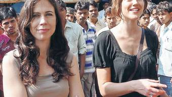 Susanne Wille (links) und Patrizia Laeri top gekleidet in den Slums von Dharavi.