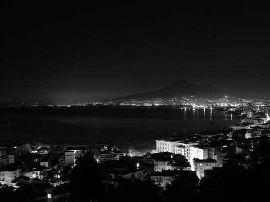 Blick von Castellammare di Stabia auf den Vesuv.