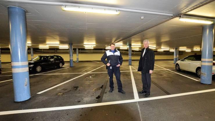 Reto Lorenzi (Polizist bei der Regionalpolizei Bremgarten und Betriebsleiter Parkhaus Obertor, links) und Raymond Tellenbach (Stadtammann von Bremgarten, rechts) präsentieren die neuen XXL-Parkplätze.