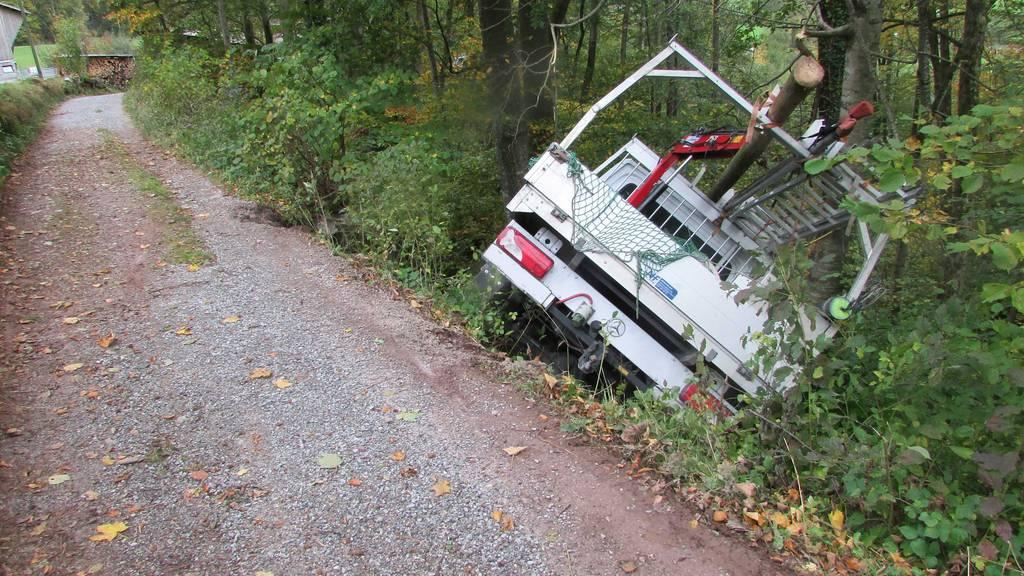 Lieferwagen rutscht Bord hinab