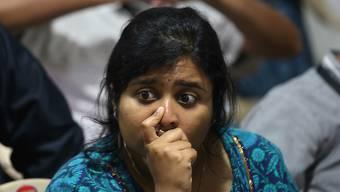 Grosse Enttäuschung: Eine Angestellte im Kontrollzentrum in Bangalore nachdem der Kontakt zur Mondfähre Vikram abgebrochen ist.
