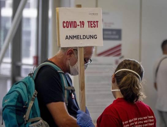 Am Frankfurter Flughafen wartet ein Passagier darauf, auf das Coronavirus getestet zu werden.