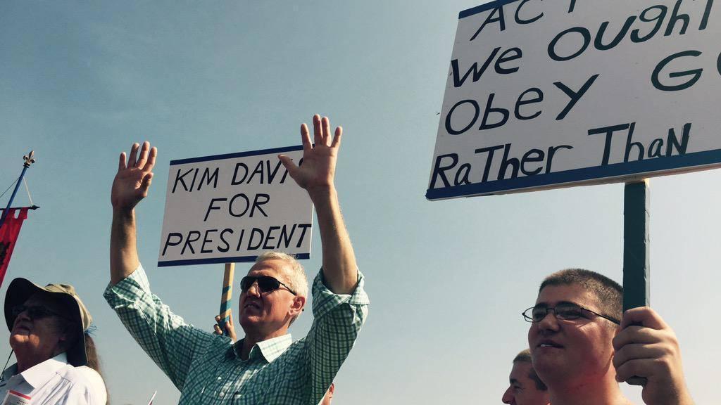 Unterstützer der US-Standesbeamtin Kim Davis demonstrieren vor dem Carter County Detention Center in Grayson, Kentucky