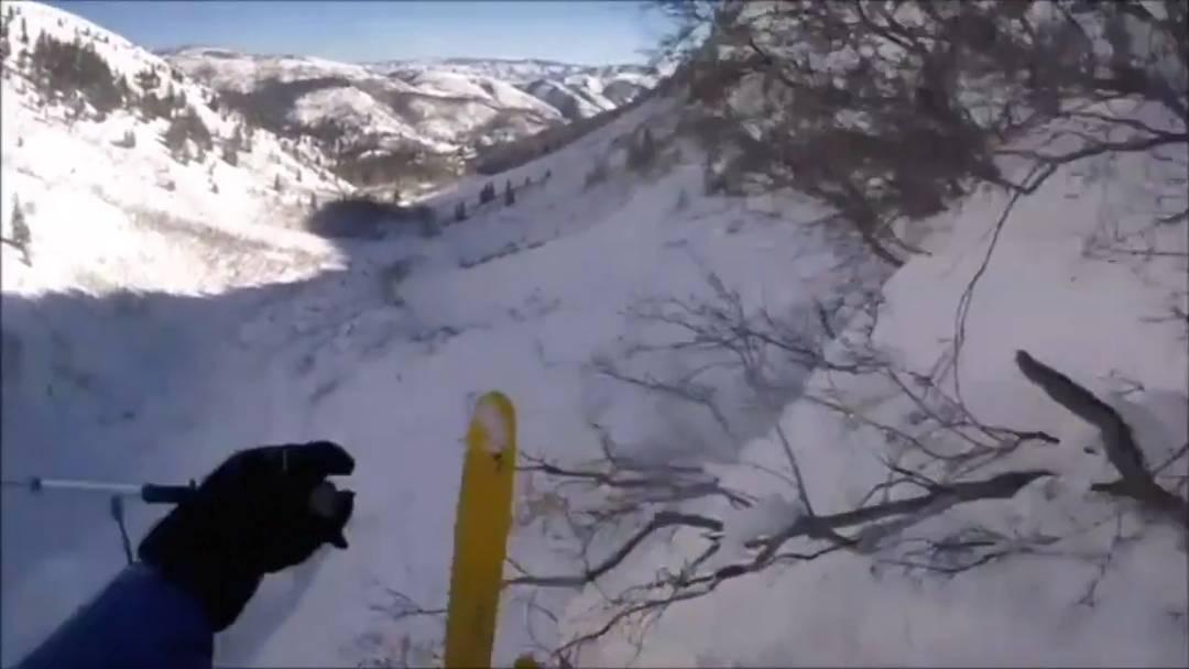 Dieser Skifahrer fuhr hier wohl zum ersten Mal – denn mit dieser Felswand hat er nicht gerechnet.