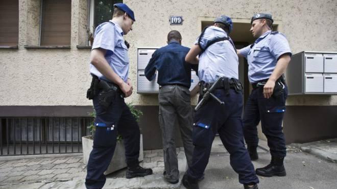 Zürcher Stadtpolizisten kontrollieren einen dunkelhäutigen Mann. Foto: Keystone/Gaetan Bally