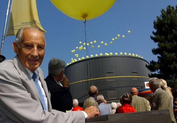 Hier lässt Alfred Waldis 2004 im Verkehrshaus Luzern von der Geburtstagstorte IMAX 85 Ballone mit Gutscheinen für den Eintritt steigen, um seinen 85. Geburtstag und das 45-jährige Bestehen des Verkehrshauses zu feiern
