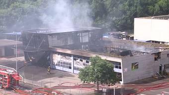 Rund 100 Feuerwehrkräfte kämpften stundenlang gegen die Flammen des Grossbrandes. Der gefährliche Einsatz endete für vier Feuerwehrleute im Spital.