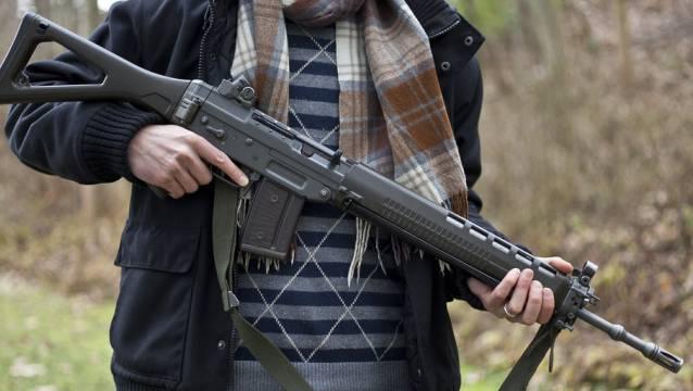 Wer zum Beispiel ein Sturmgewehr 90 kaufen möchte, muss eine Ausnahmebewilligung haben. (Symbolbild)
