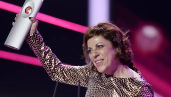 Filmregisseurin und Autorin Sabine Boss mit dem Swiss Award. Ob sie ihn auch als Türstopper benutzt wie den Prix Walo? (Archiv)