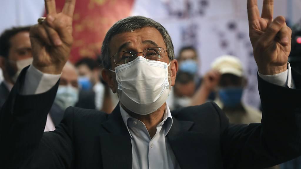 Der ehemalige Präsident Mahmoud Ahmadinedschad zeigt sein Siegeszeichen. Foto: Vahid Salemi/AP/dpa