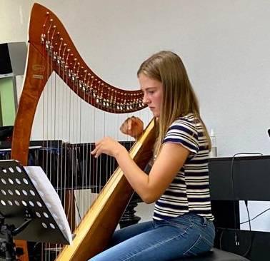 Eine erfolgreiche Harfenschülerin der Musikschule Eigenamt.