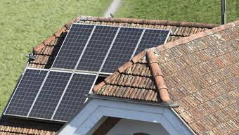 n Sins sind aktuell 37 Photovoltaikanlagen und ein Kleinwasserkraftwerk bei der Bachtalmühle in Betrieb. (Symbolbild)
