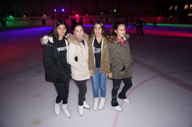 Sie kennen sich von der Schule und vom Eislauf-Club Urdorf: Amelda, Luzia, Jasmin und Helen (von links).