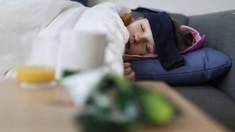 Die Grippe zwingt in der Schweiz immer noch viele Menschen ins Bett, aber die Zahl der Verdachtsfälle auf 100'000 Einwohner ist zurückgegangen.