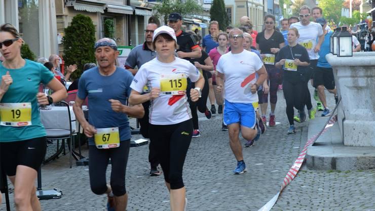 Über Pflastersteine und vorbei an in der Altstadt dinnierenden «Zuschauern» führt bestimmt nur die Strecke des Zofinger Stadtlaufs. GAM