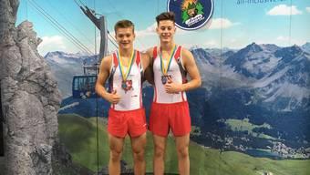 Stolz präsentieren die beiden Sportler vom TV Grenchen ihre Bronze-Medaille: Noa Wyss (links) und Luc Waldner.