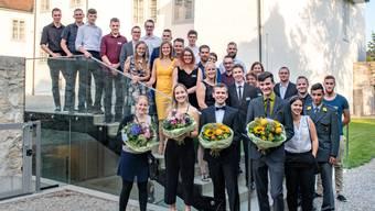 Sie alle haben mit der Note 5,5 oder besser abgeschnitten. Besonders ausgezeichnet wurden (vorne mit Blumensträussen v.l.): Lea Loretz (Note 5,7), Michelle Artho (5,8), Fabian Germann (5,7) und Daniel Ackermann (5,7).