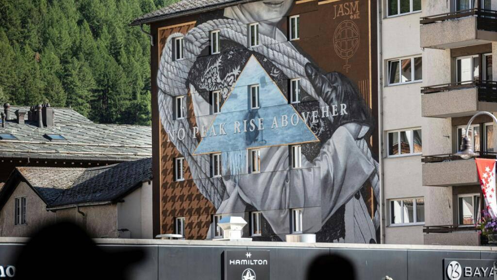 Das Fresko in der Nähe des Bahnhofs in Zermatt.
