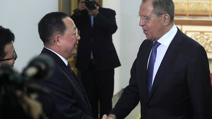 Der nordkoreanische Aussenminister Ri Yong Ho empfängt seinen russischen Amtskollegen Sergej Lawrow.