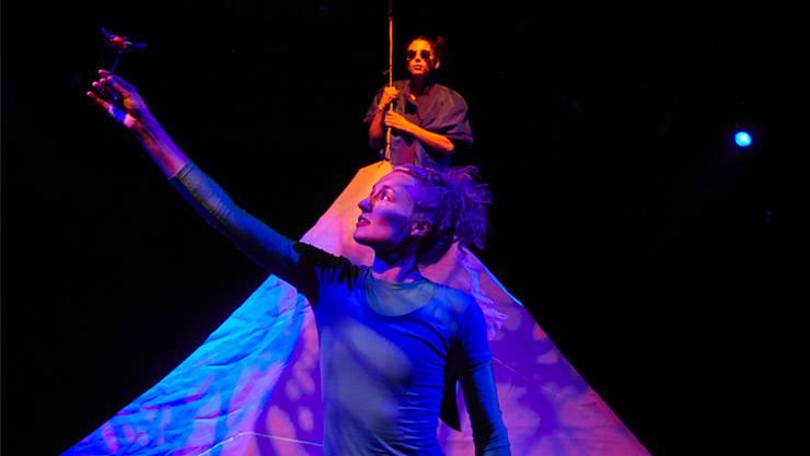 Louise Schaap (vorne) und Cornelia Hanselmann spielen in «Mampf!» ein buntes Lehrstück über Freundschaft und die Grenzenlosigkeit der Träumereien. Bild: zvg