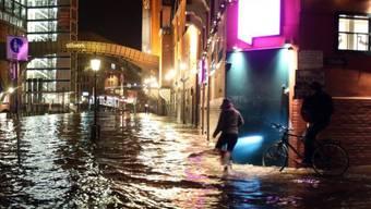 Der Fischmarkt im Hamburger Hafen wird überflutet