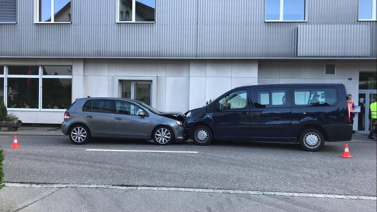 Bei einer Frontalkollision zweier Autos inLiestalsind am Donnerstagmorgen drei Personen verletzt worden.
