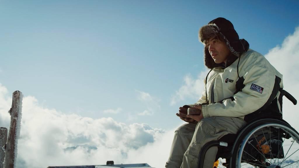 Obwohl er im Rollstuhl sitzt, will Sandro Stocker als Paul in «Schwerelos» hoch hinaus.
