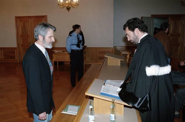Walter Stürm steht im Februar 1995 vor dem jurassischen Kantonsgericht in Pruntrut, Schweiz und berät sich mit seinem Anwalt.