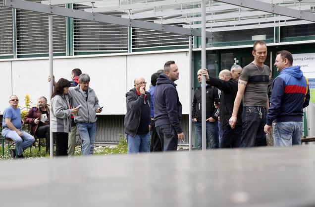 Mitarbeiter warten auf den Einlass
