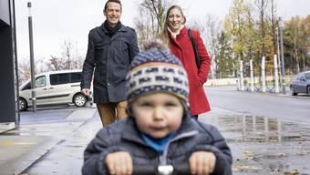 Melchior Bendel und Susanne Hess schauen in der Mittagspause mit Sohn Tarek die Baustellen rund um Mutters Arbeitsplatz an.