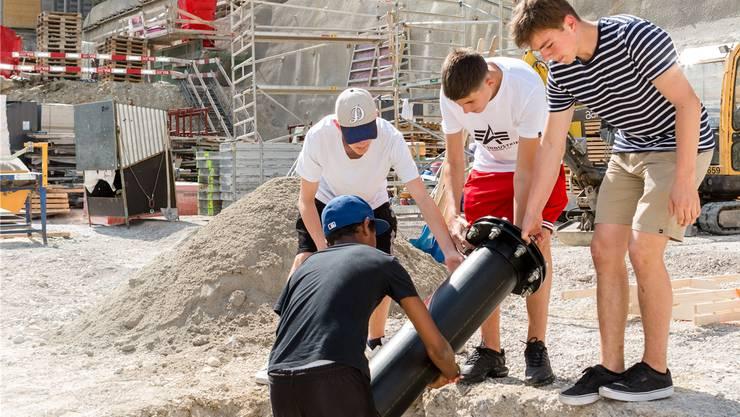 Die Schüler Rhaynier, Nico, Ivan und Till (v.l.) erhielten die Ehre, die Zeitkapsel der Sekundarstufe Baden für die Nachwelt zu erhalten.