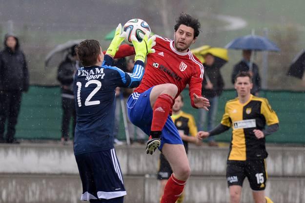 Aesch-Goalie Yannick Flocken (l.) ist schneller am Ball als Reinachs Ivano Biancavilla.