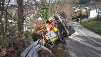 Selbstunfall in Dornach: LkW fährt in Leitplanke und kippt um