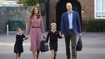 Unterwegs zum ersten Schultag: Die vierjährige Prinzessin Charlotte mit ihrem Bruder Prinz George und ihren Eltern Prinz William und Herzogin Kate.