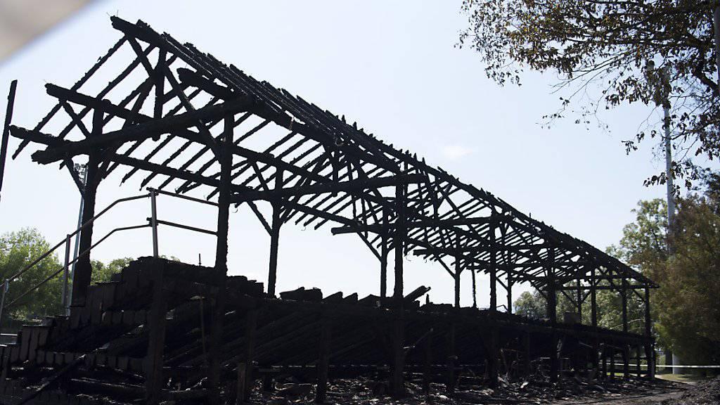 Holztribüne von Fussballstadion abgebrannt