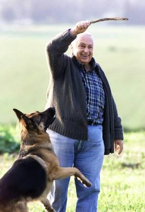 Sharon mit seinem Hund Schwartz auf seiner Farm im südlichen Israel (Aufnahme von 2001).