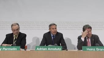 Guy Parmelin, Fraktionschef Adrian Amstutz und Heinz Brand (v.l.n.r.) an der Medienkonferenz der SVP zur Umsetzung der Masseneinwanderungs-Initiative.